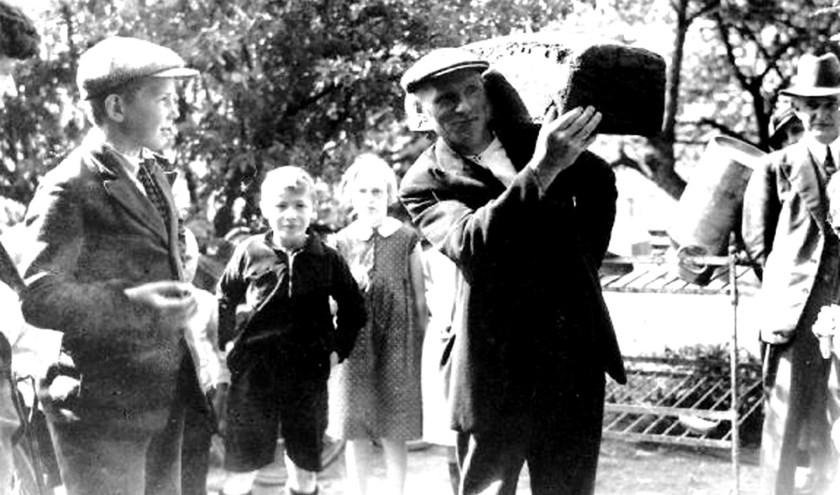 In 1926 wordt een roggebrood van 70 pond aangeleverd bij de Muldersfluite. Foto:Erfgoed Centrum Achterhoek-Liemers