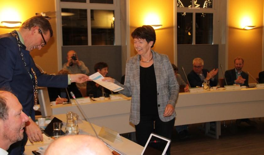In sneltempo reikt burgemeester Anton Stapelkamp de certificaten uit aan de deelnemers aan de cursus gemeentepolitiek, allen vrouwen. Foto: Lydia ter Welle