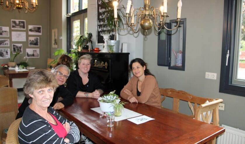 Iedereen is welkom om aan te schuiven. Mariëlla Miraglia (rechts) en haar vrijwilligers en dagbesteders vinden altijd een plekje voor wie binnenkomt.  Foto: Lydia ter Welle