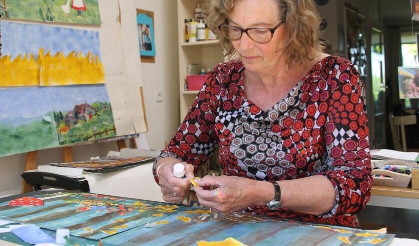 Ineke ten Have aan het werk in haar atelier. Foto: Annekée Cuppers