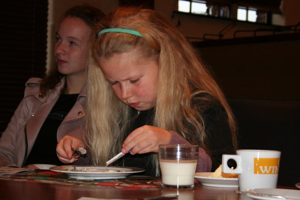 Vooral de matzes waren erg intrek tijdens het ontbijt. Foto: Verona Westera  © Achterhoek Nieuws b.v.