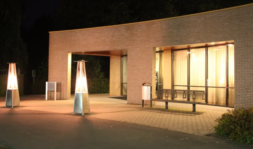 Bij het sfeervol verlichte pand van de GUV vindt de lichtceremonie plaats. Foto: Bert van Asselt