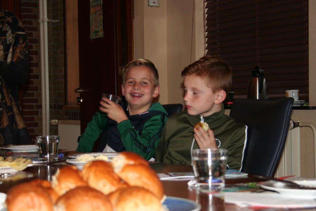 Een lekker ontbijtje voor de kinderen van de Julianiaschool. Foto: Verona Westera  © Achterhoek Nieuws b.v.