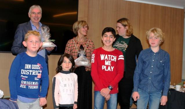 Op de foto Karel Bonsen, Annette Bronsvoort, Carmen Geerdink en van links naar rechts de kinderen Xemm van der Wiel, Daisy Mousajeva, Adel Orfali en Daan Molendijk. Foto: Dinès Quist  © Achterhoek Nieuws b.v.