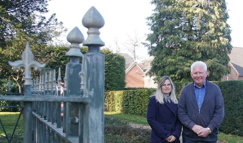 Iris Jansen en Bertie Bussink op de begraafplaats. Foto: Frank Vinkenvleugel