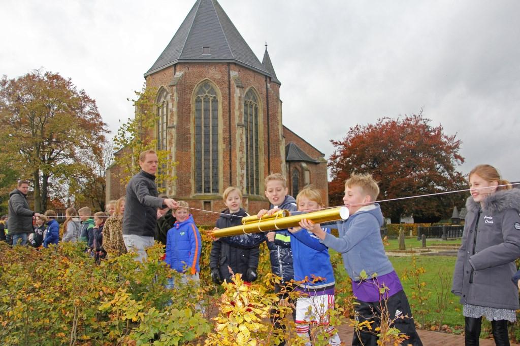 De gouden koker met belangrijke post wordt de door leerlingen doorgegeven vanaf de toren van de Oude Calixtus naar de school.  Foto: Michel Habraken © Achterhoek Nieuws b.v.