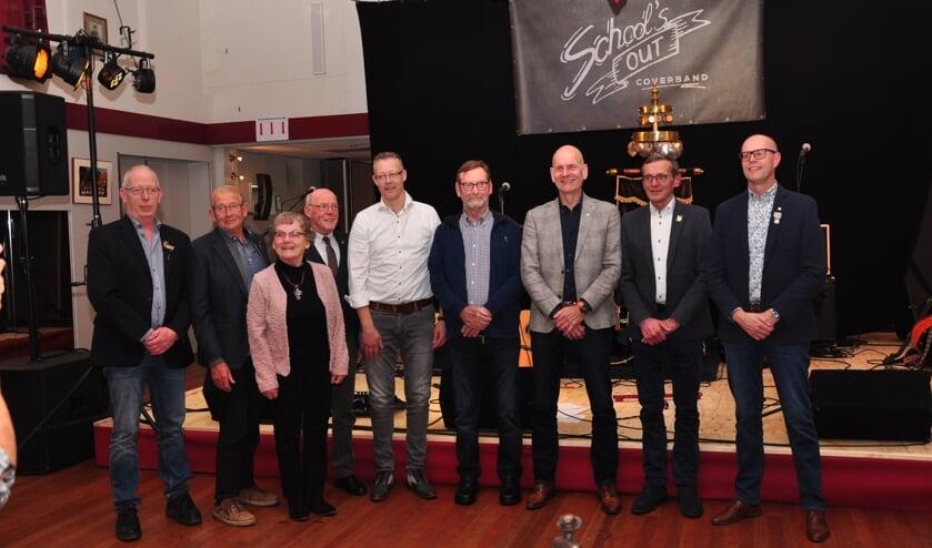 Eddy Rondeel, Frans Oolthuis, Paulien Broshuis, Willie Pierik, Sandor Pierik, Wim Heutinck, Servy Oolthuis, Jos Krabbenborg, Manfred Heutinck (vlnr) werden gehuldigd. Foto: Marco Douw