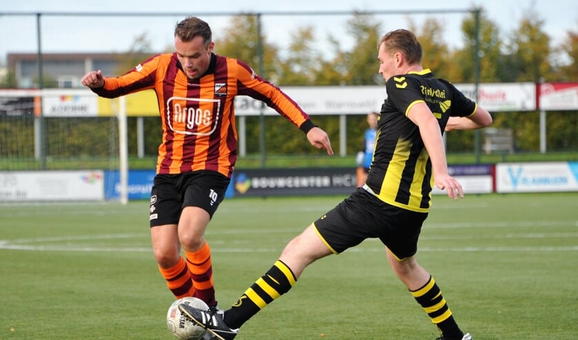 Luuk Meijer van FC Zutphen (l) is sterk aan de bal. Foto: Hans ten Brinke