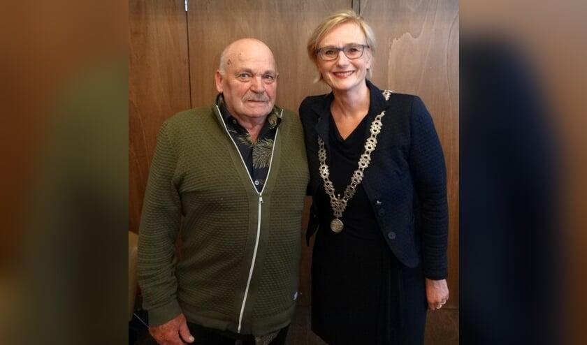 Held Anton Arendsen met burgemeester Besselink. Foto: Willy Hermans