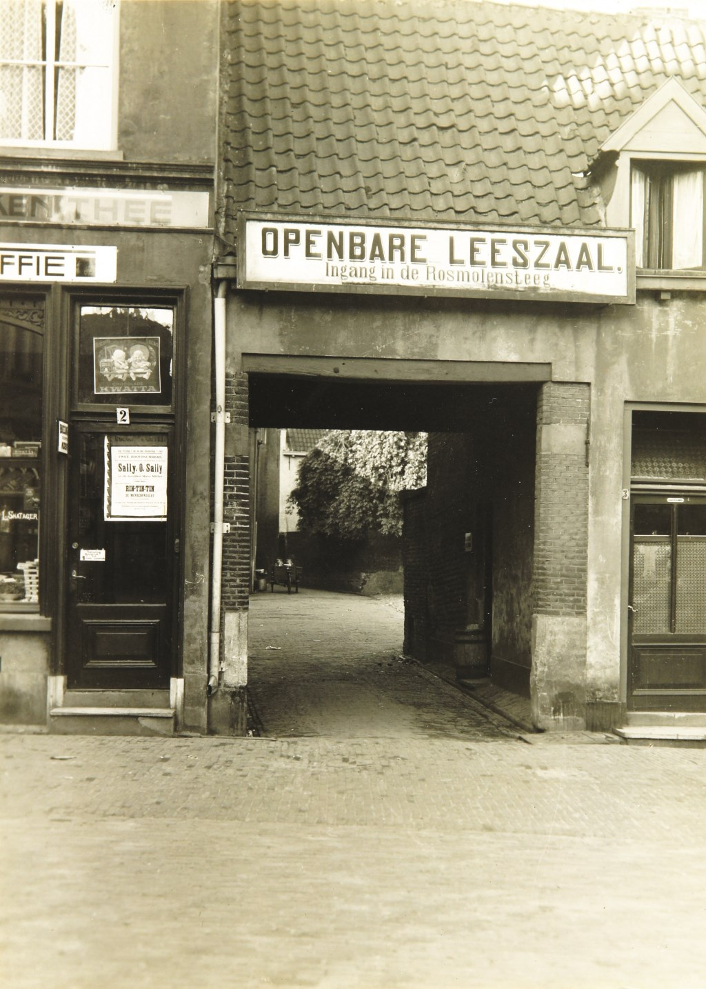 Ingang naar de openbare leeszaal in de Rosmolensteeg rond 1908. Foto: Erfgoedcentrum Zutphen  © Achterhoek Nieuws b.v.