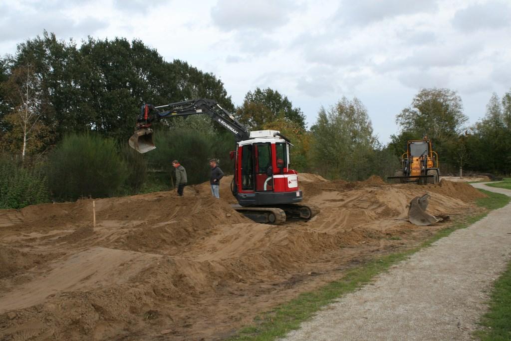 Fietscrossbaan in Lievelde krijgt vorm.  Foto: Dinès Quist  © Achterhoek Nieuws b.v.