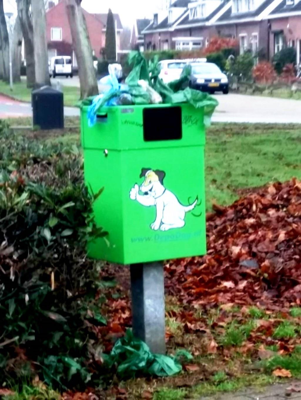 De afvalbak op de hoek Haartsestraat/Oranjelaan. Foto: Ida Sluiskes  © Achterhoek Nieuws b.v.