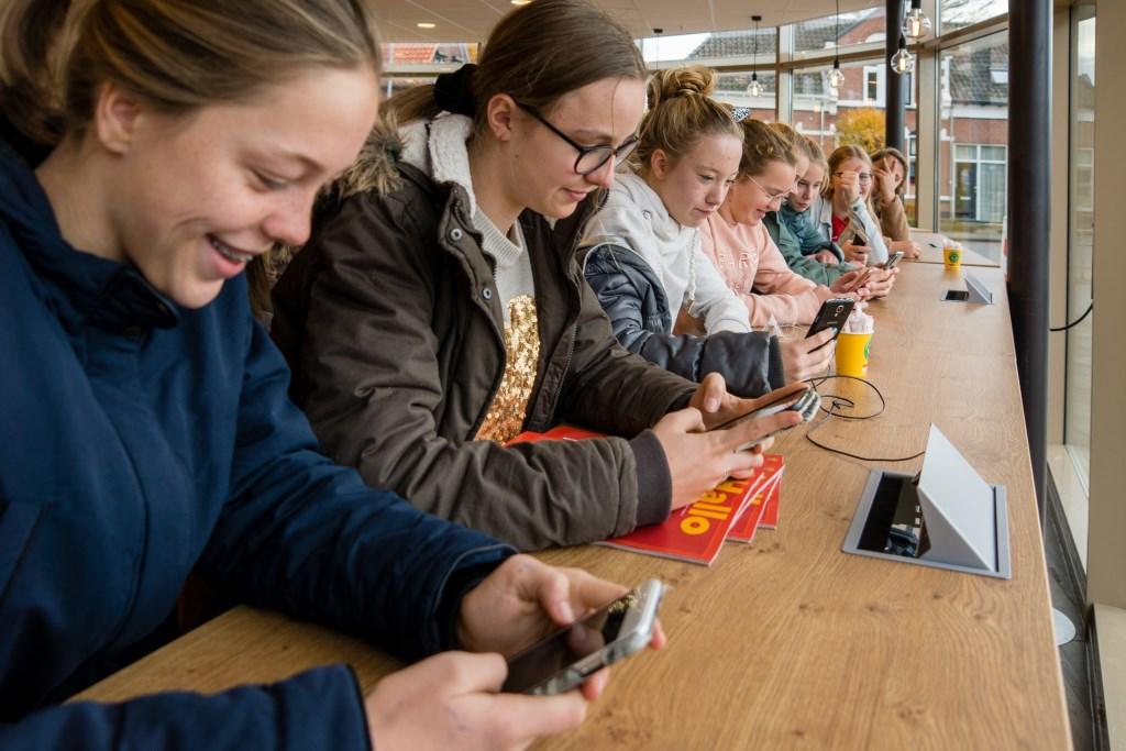 De studentenbar, waar de scholieren meteen gebruik maken van de mogelijkheid om de telefoon op te laden. Foto: Marcel te Brake  Foto: M. te Brake © Achterhoek Nieuws b.v.