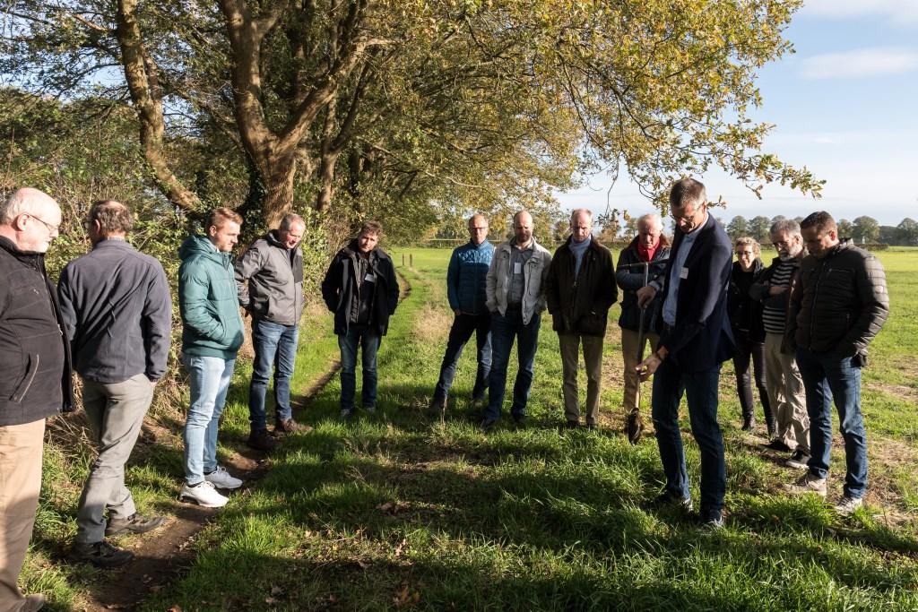 Een bezoek aan een voormalige grafheuvel.  Foto: Janette van Egten © Achterhoek Nieuws b.v.