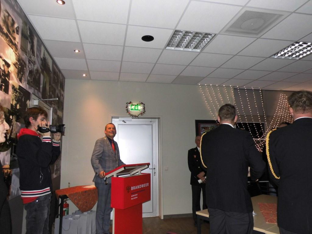 Burgemeester Anton Stapelkamp zet de eerste toon van het Wilhelmus in. Foto: Eva Schipper  © Achterhoek Nieuws b.v.