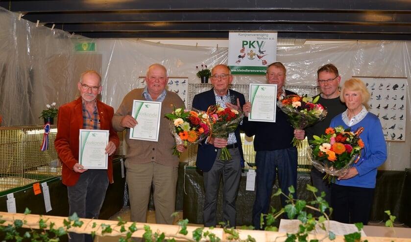 Voorzitter Jan Dirk Nijkamp (tweede van rechts) met de vijf jubilarissen: Foto: Johan Braakman