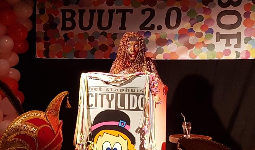 Nicole Huisman onherkenbaar in haar rol als Glenda Tromp van Aruba. Foto: Kyra Broshuis