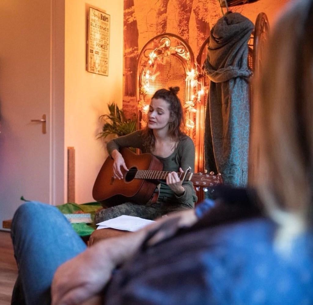 Inès tijdens haar eigen solo-voorstelling 'Tevoorschijn'. Foto: PR  © Achterhoek Nieuws b.v.