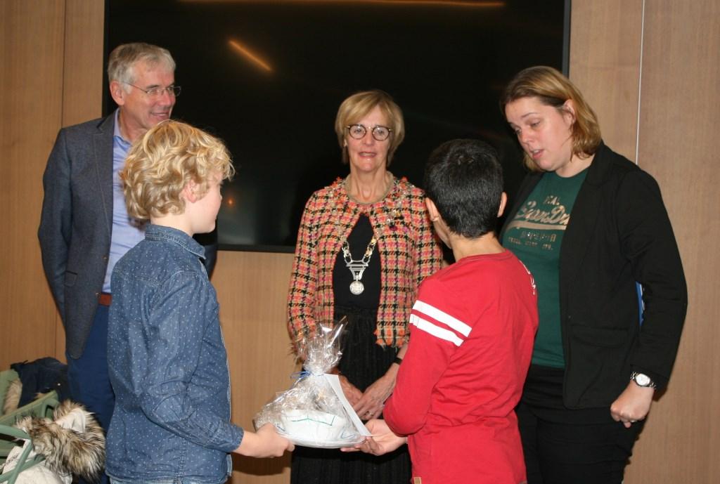 Burgemeester en wethouder kregen presentje van leerlingen 't Palet. Foto: Dinès Quist  © Achterhoek Nieuws b.v.