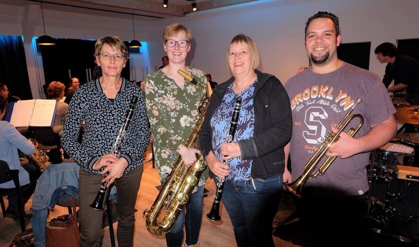 Wilma, Ellen, Hermanda en Michel met hun instrumenten. Slagwerker Roy ontbreekt op de foto. Foto: PR