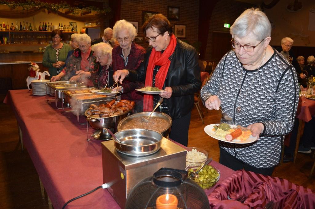 Het was smullen geblazen bij het jaarlijkse buffet van de seniorensoos 'Ons Contact'. Foto: PR  © Achterhoek Nieuws b.v.