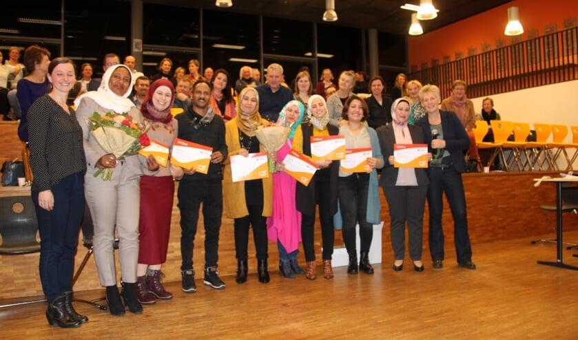 De cultuurverbinders, met hun begeleiders Ella Sankowska (links) en Tanja Dijenborgh (rechts). Foto: Lydia ter Welle