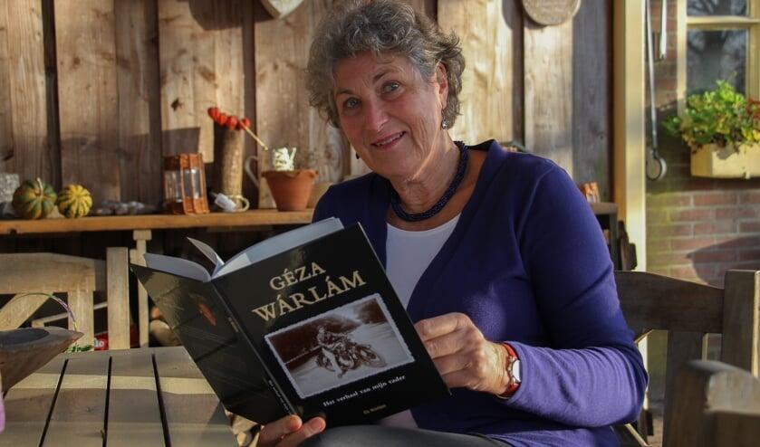 Els Wárlám en haar boek 'Het verhaal van mijn vader'. Foto: Liesbeth Spaansen