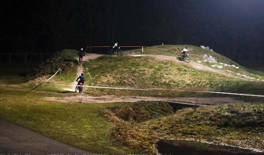 <p>Mountainbiken by night in Eibergen; er komt uitbreiding van het mountainbikenetwerk in de Achterhoek, met een nieuwe route in Berkelland. Archieffoto: PR/Erik Zoerink</p>