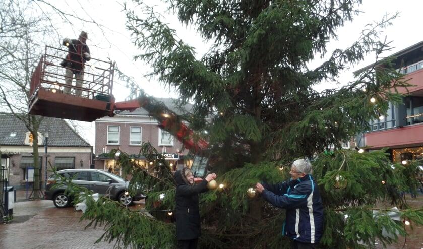Vorig jaar werd op initiatief van een aantal Ruurloërs de kerstboom op het Kerkplein feestelijk versierd. Foto: Jan Hendriksen