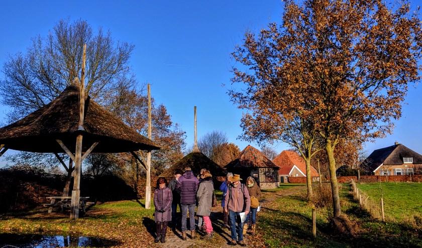 Nog één keer wordt een rondleiding gehouden voor kunstenaars die een plekje willen tijdens de Kunstwandelroute. Foto: Marijke Schellekens
