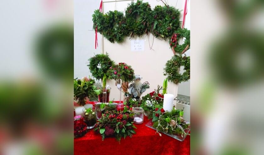 Stands met kerststukken in de Steenderense Remigiuskerk. Foto: PR