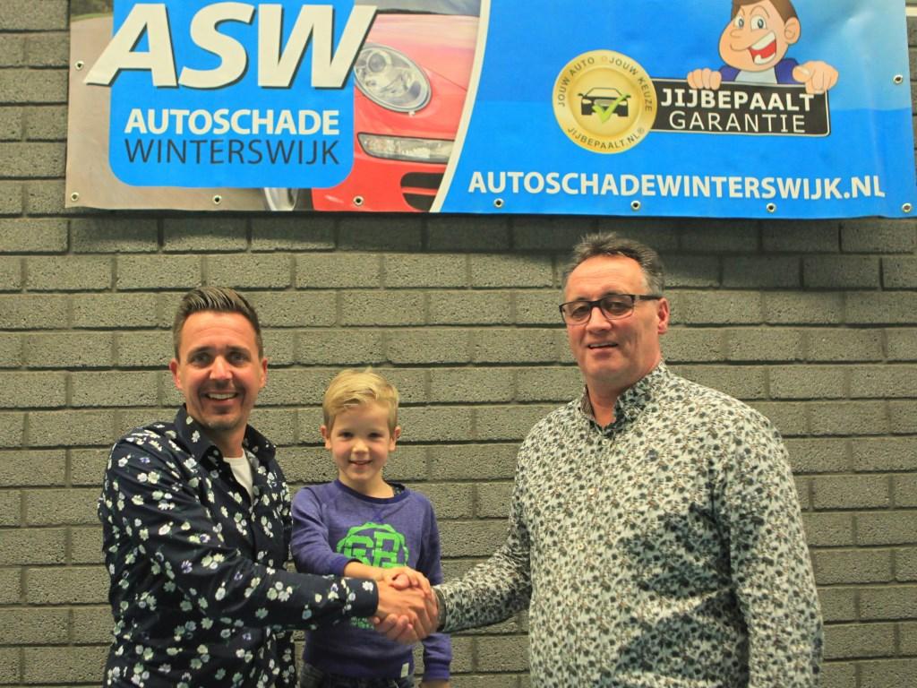 Dennis en Milan Kolste namens ASW Autoschade bevestigen middels een handdruk met voorzitter Roy Weevers de samenwerking, Stephan Laarhuis Foto: Stephan Laarhuis © Achterhoek Nieuws b.v.