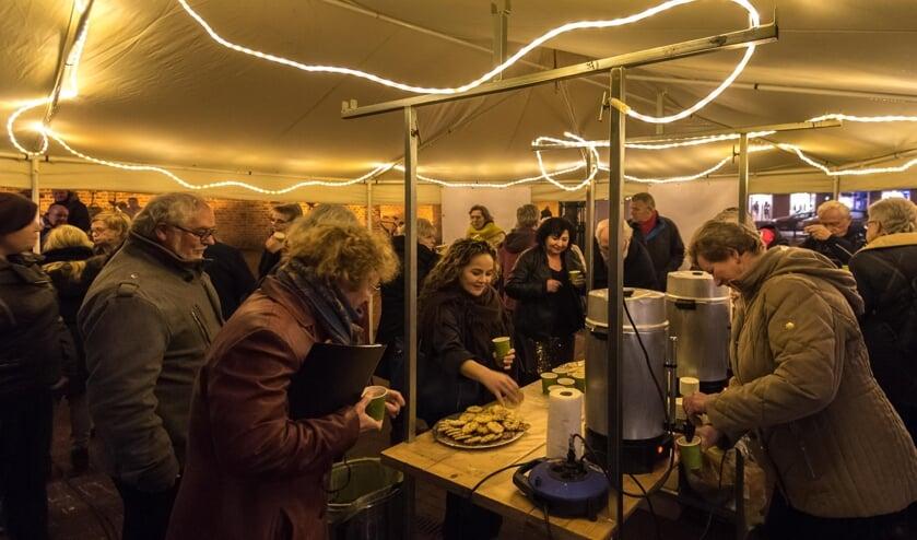 Zowel 's middags als 's avonds na afloop gratis chocolademelk en glühwein op het Kerkplein. Foto: Louis Swart.
