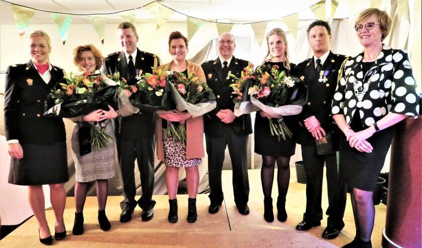 De eervol ontslagen drie brandweerlieden met geheel links brandweercommandant Ilona Oolthuis-Cuppers en geheel rechts burgemeester Annette Bronsvoort. Foto: Theo Huijskes