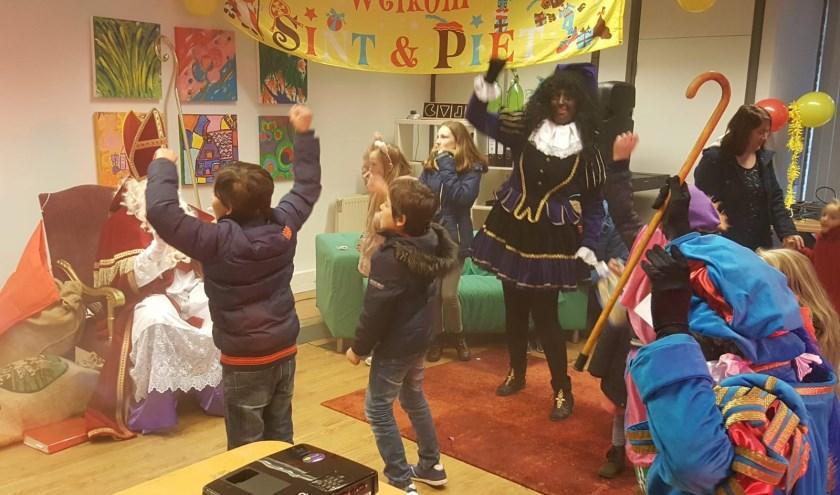 Dansen en zingen voor Sint. Foto: PR