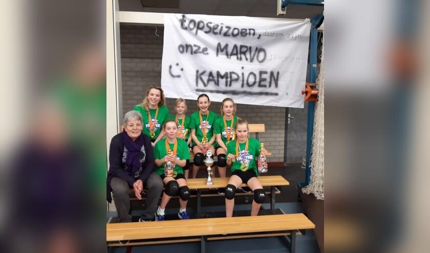 De Marvo-kampioenen met hun spandoek én de kampioensbeker.
