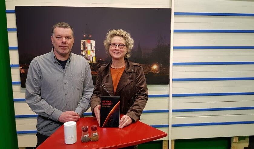 Wieger Wamelink met voor zich ingrediënten om groente te kweken en Bertina Mulder met haar boek. Foto: Han van de Laar