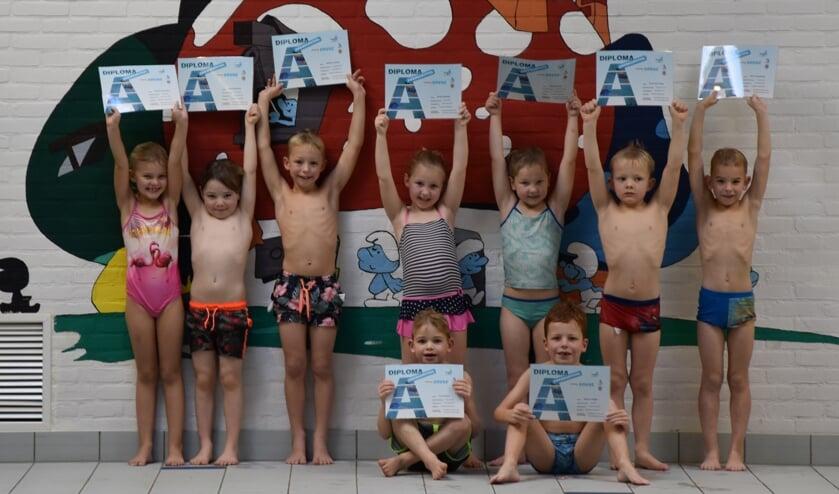 Trots laten de geslaagde kinderen hun zwemdiploma zien. Foto: PR Zwemschool Lichtenvoorde