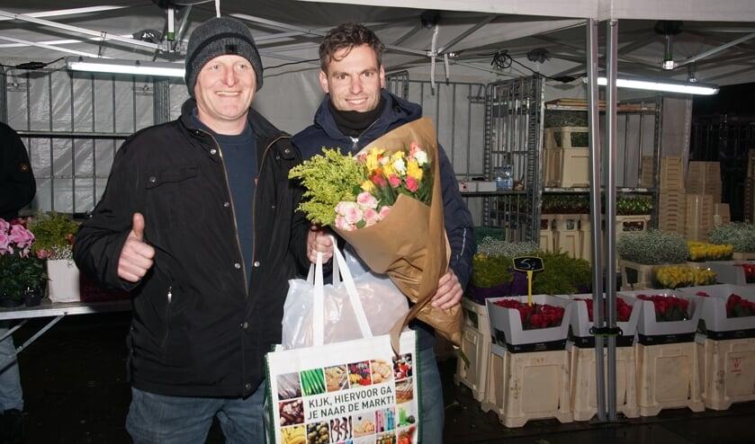 Jan Wolsink ontving de volle boodschappentas van marktmanager Henk Jan Freriks. Foto: Frank Vinkenvleugel