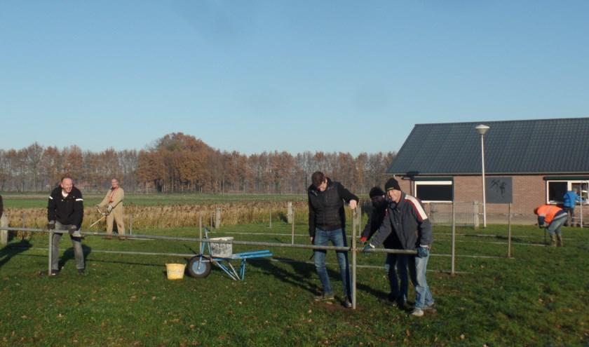 Bestuursleden van IJsclub Ruurlo waren zaterdag druk in de weer met voorbereidingen voor een nieuw schaatsseizoen. Foto: Jan Hendriksen.