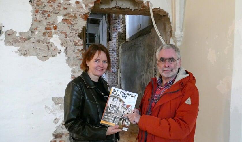 Hoofdredacteur Brigiet Bluiminck verraste Anton de Lange, eigenaar van het Broederenklooster, met het eerste exemplaar. Foto: PR