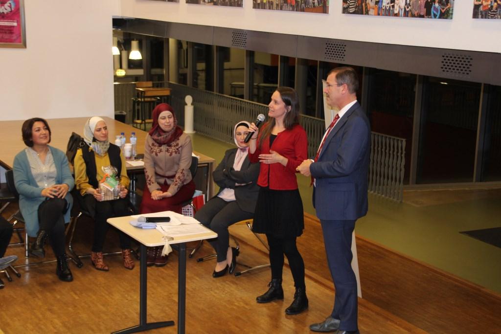 Melissa Cooke (Vluchtelingenwerk) en gedeputeerde Peeter van 't Hoog spreken de cultuurverbinders toe. Foto: Lydia ter Welle  © Achterhoek Nieuws b.v.