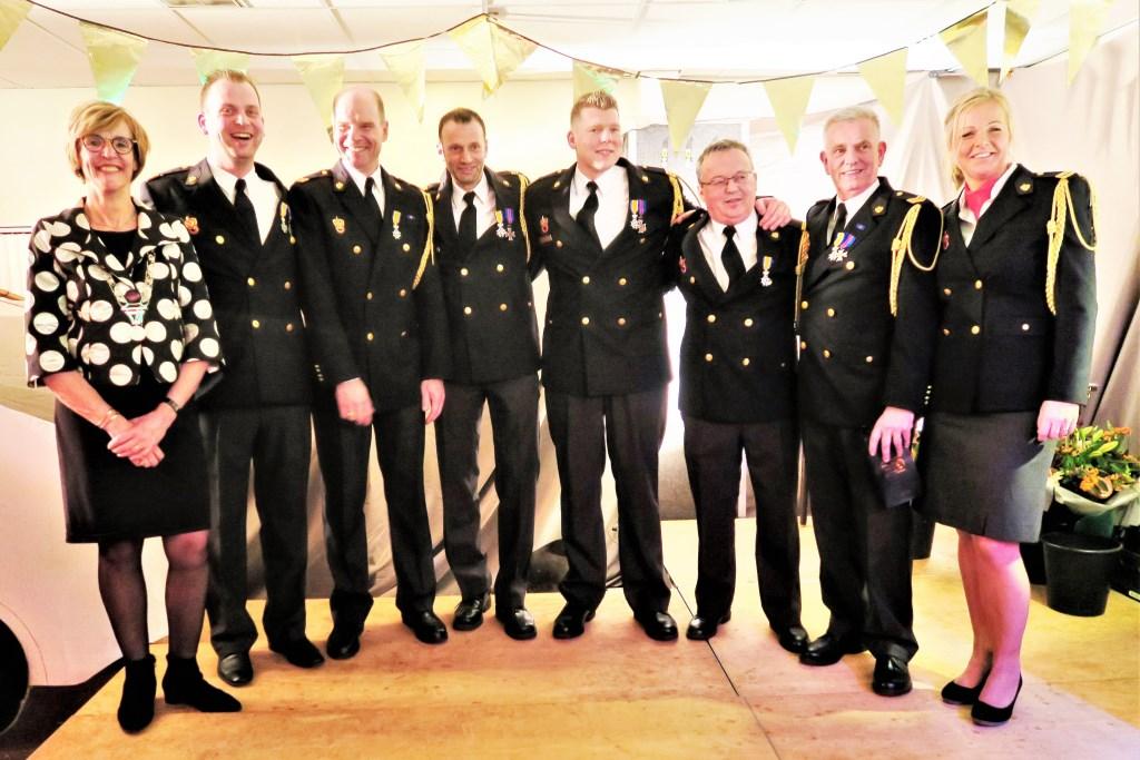 De zes jubilarissen met geheel links burgemeester Annette Bronsvoort en geheel rechts brandweercommandant Ilona Oolthuis-Cuppers. Foto: Theo Huijskes  © Achterhoek Nieuws b.v.