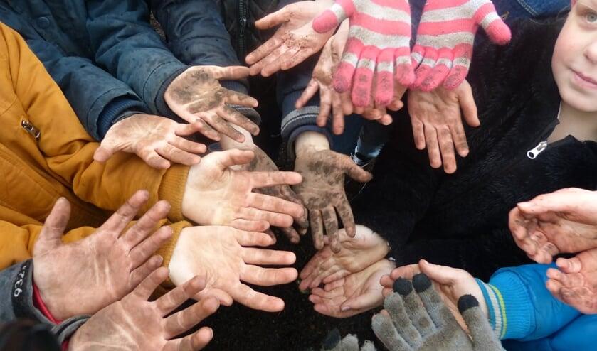 Vieze handjes door het planten van de bomen en struiken. Foto: Linda IJmker