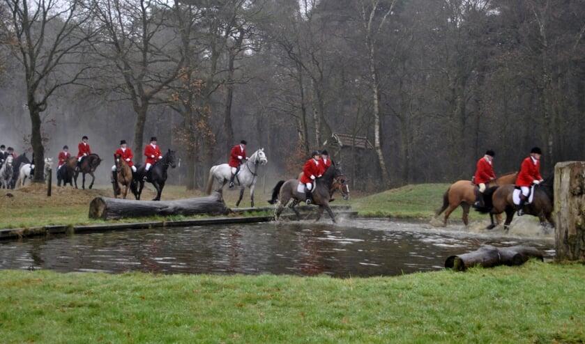 Dwars door het veld en door het water volgen mens en dier het spoor van de vos. Foto: Archief Achterhoek Nieuws - PR