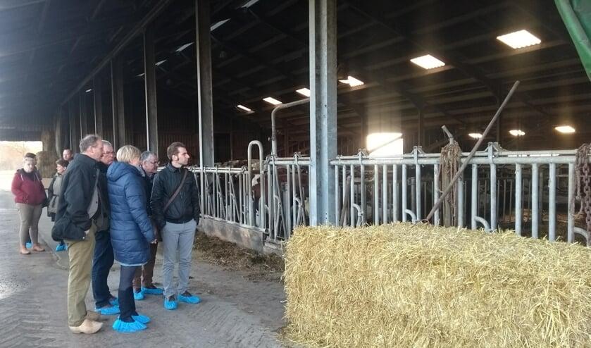 Jan Borgman (l) vertelde het één en ander over de energie-innovaties op zijn boerderij met een korte rondleiding op zijn bedrijf. Foto: PR