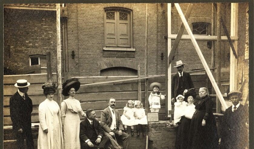 De foto is in 1912 bij de eerste steenlegging gemaakt. De foto komt uit de collectie 0036 NV Boekbinderij v/h Firma C.H.F. Wöhrmann, Regionaal Archief Zutphen (fotonummer 0036_0019_0005).