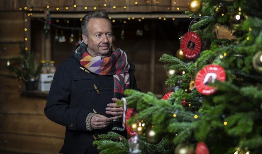 Joris Linssen bij de kerstboom. Foto: Stijn Ghijsen