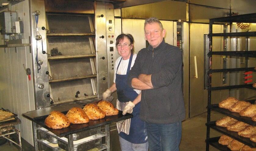 Tonnie Knippenborg in de bakkerij in Lichtenvoorde met een aantal personeelsleden. Foto: Bart Kraan.