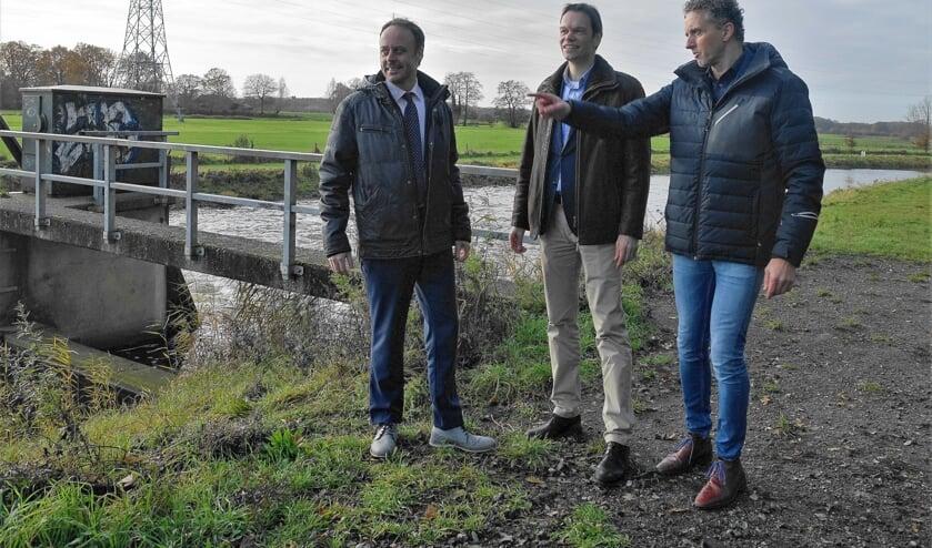 vlnr:  Wouter van Ee (aannemer Pannekoek), Arjan Voermans (FrieslandCampina) en Rudi Gerard (Waterschap Rijn en IJssel) bij de stuw Hoge Weide in de Berkel. Foto: Henri Bruntink